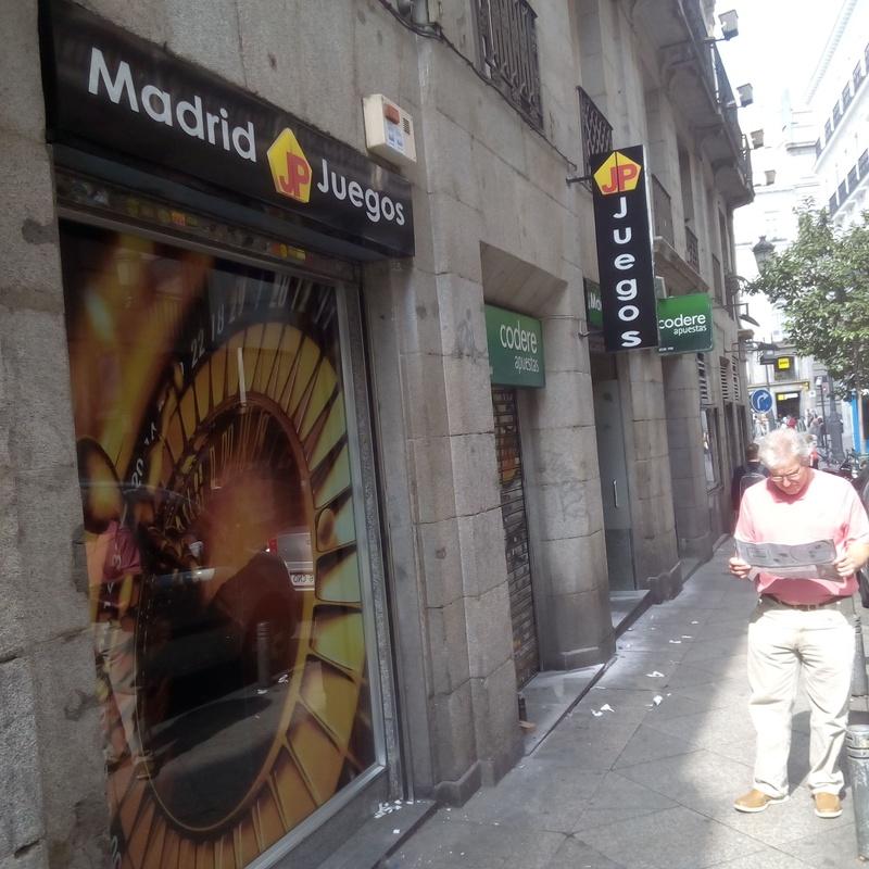Banderín luminoso con letras corpóreas de metacrilato con led en Madrid