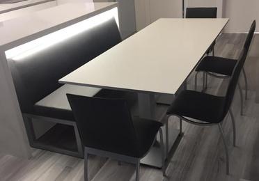 Instalación para cocina con mesa, sillas y banco