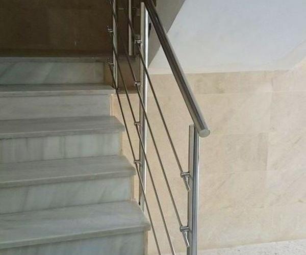 Barandilla de acero inoxidable diseñada y fabricada a medida.