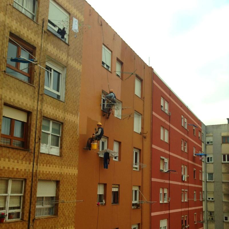 Mantenimiento de fachada con revestimiento elástico coloreado.