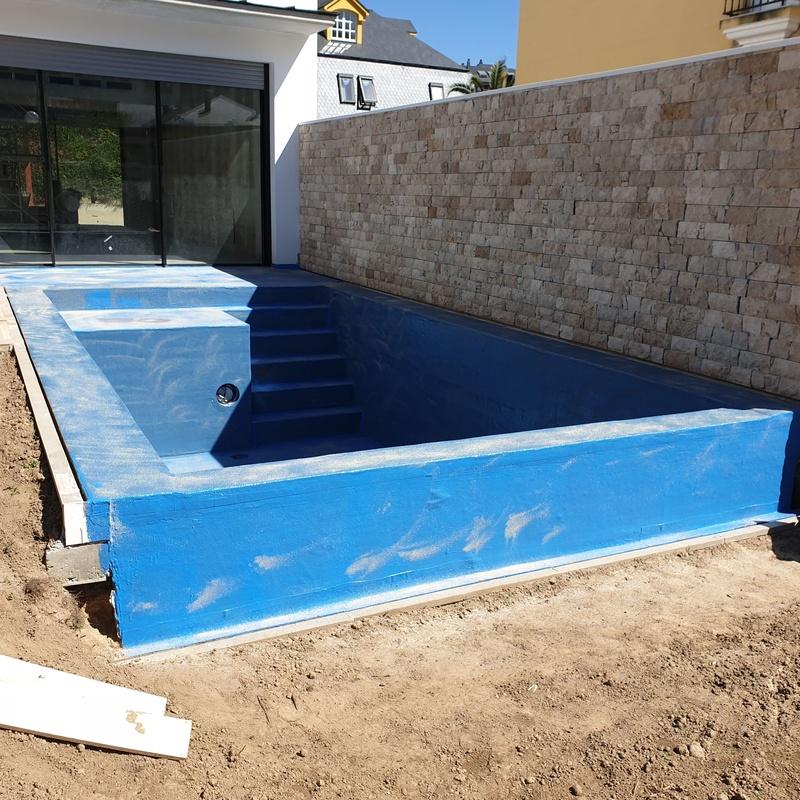 Vaso y playa de piscina impermeabilizados con Poliurea, para ser revestidos con Rosa Gres.