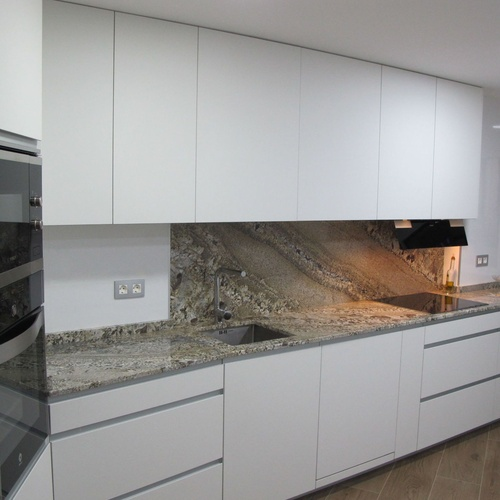 cocina moderna con encimera de granito Naturamia