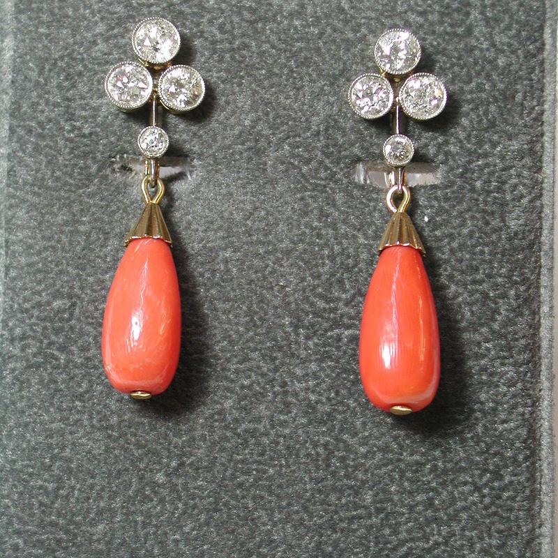 Pendientes de oro de 18k con vistas de platino y coral. 1920-1930.: Catálogo de Antigua Joyeros