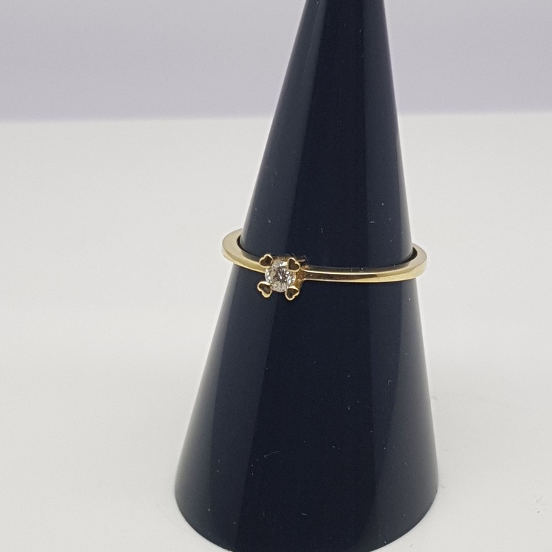Solitario oro amarillo, patas corazón, diamante talla brte. 0.09 Cts.