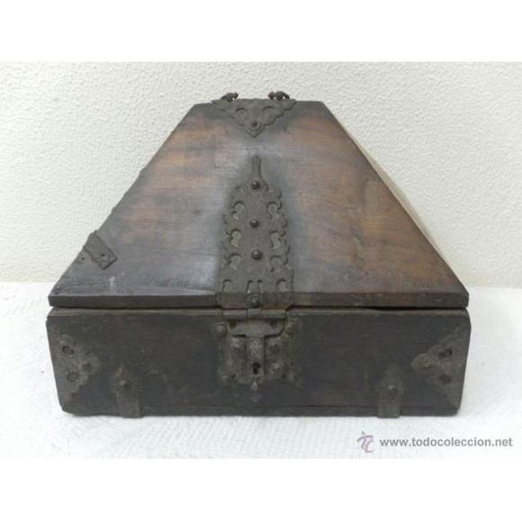 Caja con herrajes. Siglo XV / XVI: Catálogo de Antiga Compra-Venta