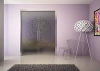 Puertas de cristal dos hojas con tapetas de aluminio hechas a medida. Transpariencia y luminosidad para su oficina o local comerial. Acabado de primera calidad. Colocado en Sitges.