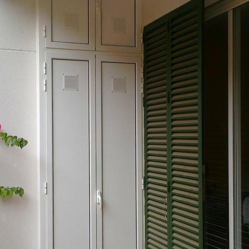 Armario en aluminio de cuatro puertas con ventilación
