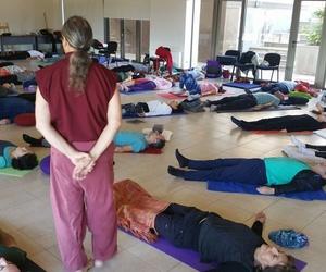 Impartiendo una práctica de relajación, previa a la sesión de la tarde. SAT V Chile 2017