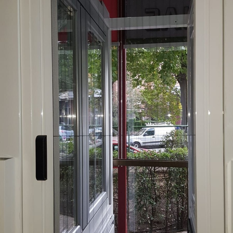 Mosquitera enrollable lateral para puertas