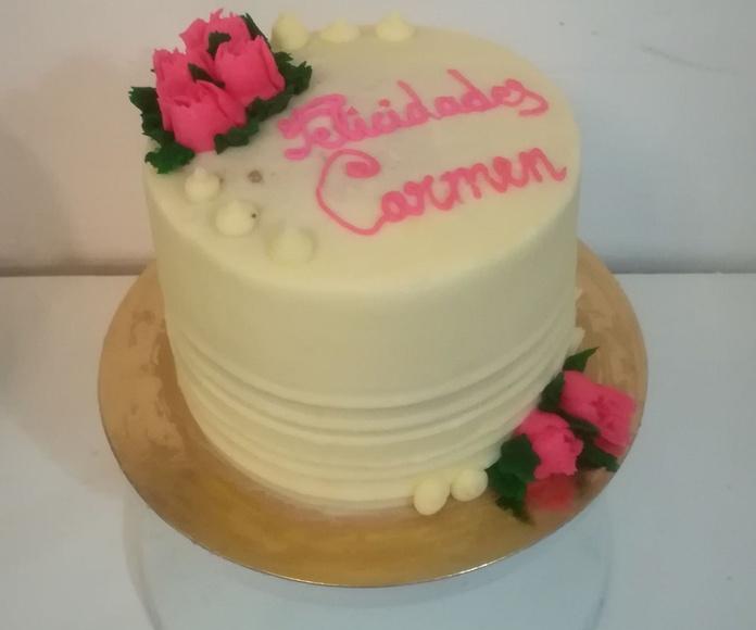 tarta blanca con rosas