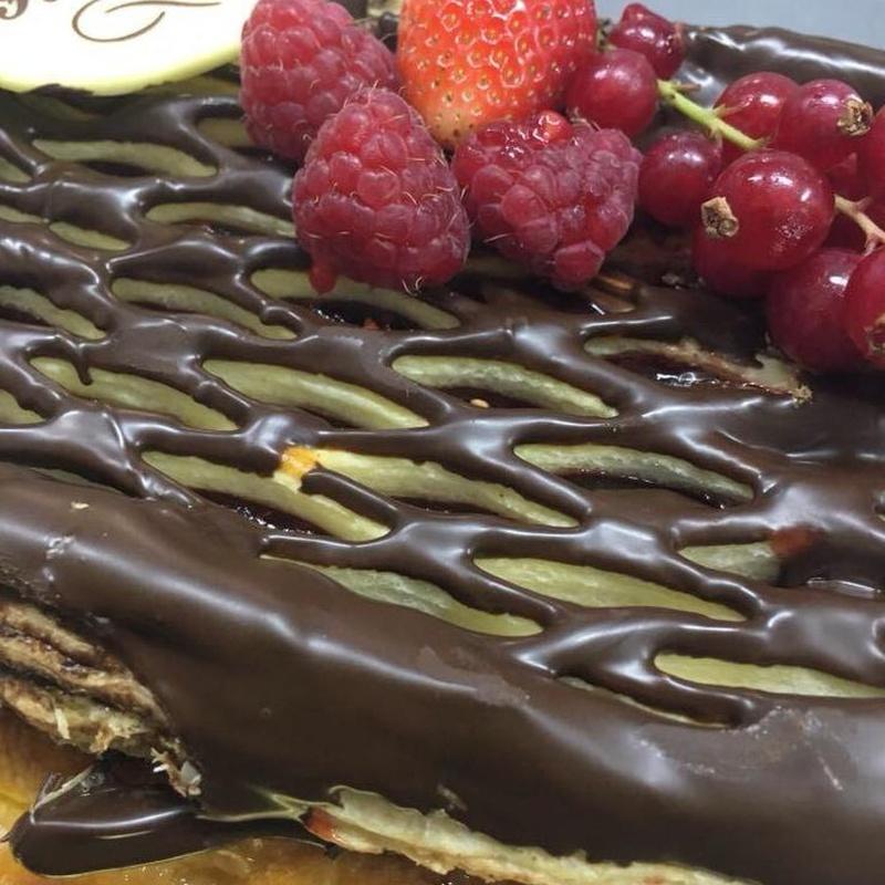 Tarta de hojaldre, frutas y chocolate en Jaen
