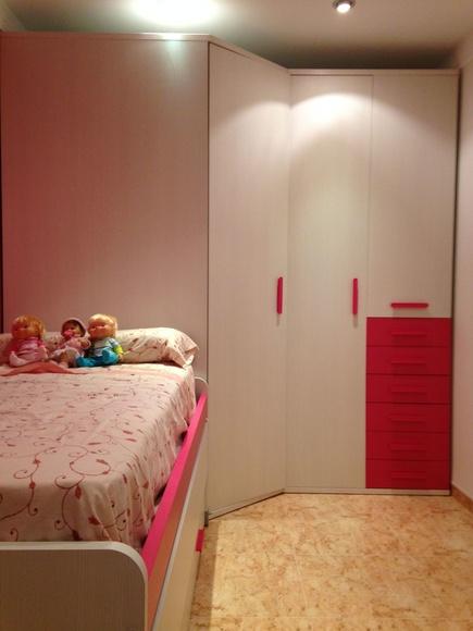 Montaje de habitación juvenil con armario rincón y cama compacta.