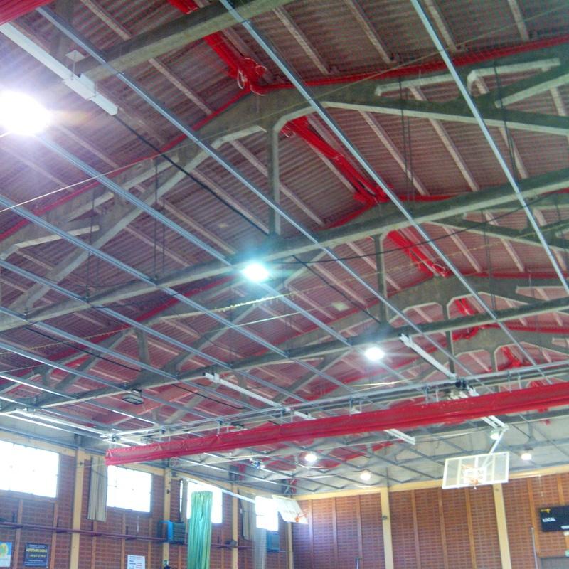 Polideportivo con colocación  de estructura de falso techo.