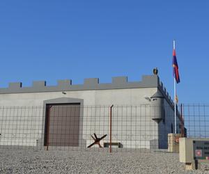 Construcción de museo con muros de hormigón