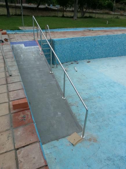 Barandilla de acero inoxidable para rampa de acceso a piscina