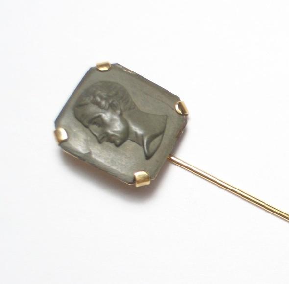 Aguja de corbata en oro con placa de magma tallada del s. XIX.: Catálogo de Antigua Joyeros