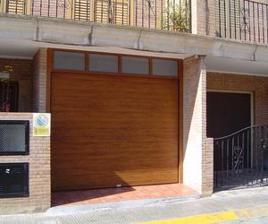 Puerta seccional acanalada imitación madera