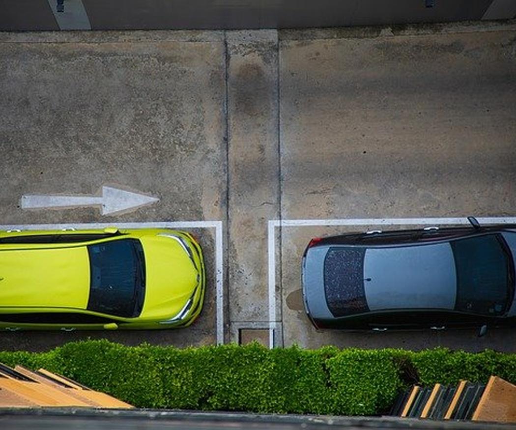 Golpes en tu coche estacionado, ¿qué hacer?