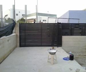 Vallado y puertas de entrada a parcela de aluminio lacado