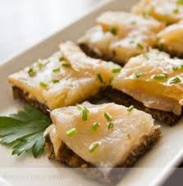 Canapé de bacalao emulsionado con crujiente de jamón