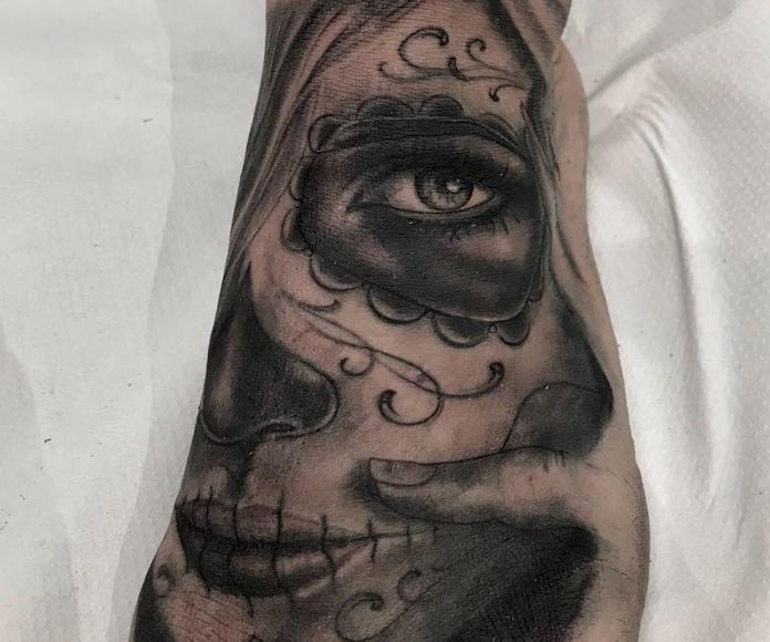 Realismo en blanco y negro: Tatuajes y piercing de Fabric Tattoo Ibiza