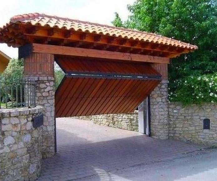 Puerta basculante entrada a finca