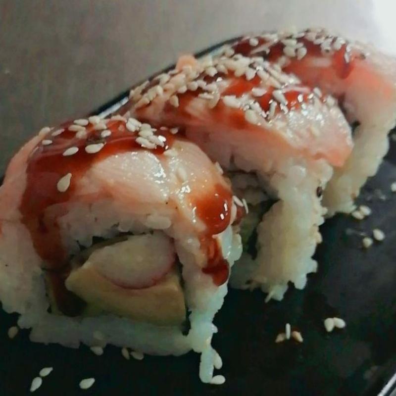 123.URAMAKI CALIFORNIA CON SALMON FLAMEADO: Carta y menús de Yoshino