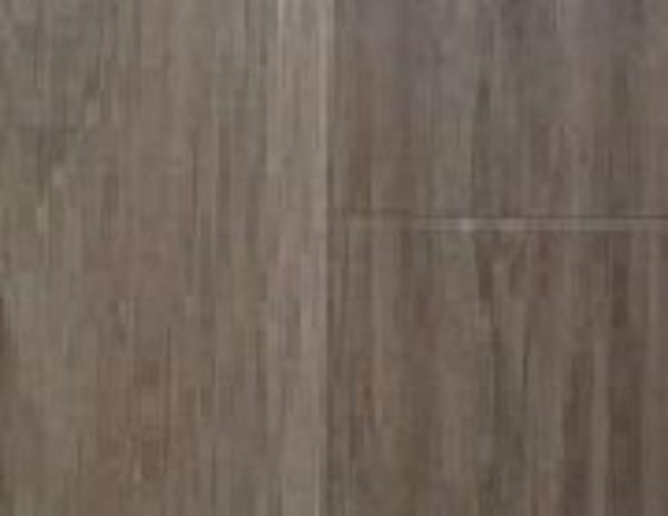 34850.  Roble auténtico Marrón. Tarima sintética de madera viselada con 4 ranuras. Resistente a la abrasión, con gran sistema de cierre uniclic.Garantía de calidad. Colocado en Ronda Sant Pere.