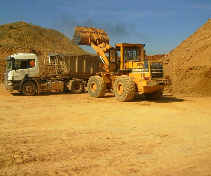 Carga de arcilla materia prima en mina EUGENIO, S. A.