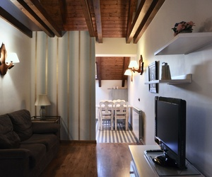 Sala de estar apartamento Bujaruelo, al fondo la cocina.