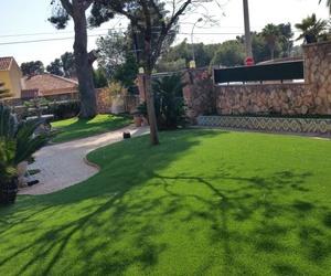 Proyecto paisajismo con césped artificial y eco-traviesas en jardín particular en Valencia