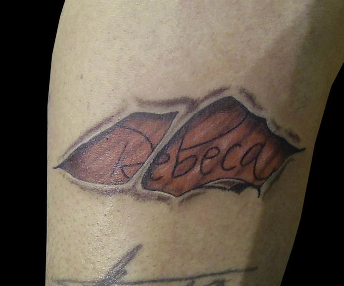 Tatuaje nombre con piel rasgada