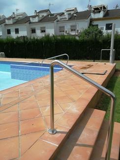 Barandilla de acero inoxidable para piscina de comunidad de vecinos.