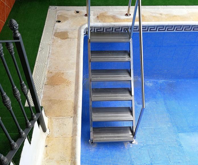 Escaleras con barandilla de acceso a piscina diseñada y fabricada a medida con acero inoxidable calidad AISI 316