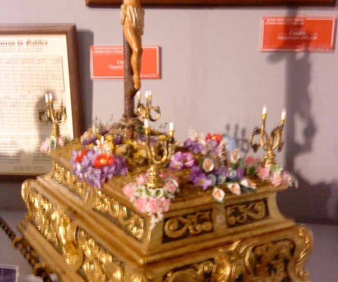 trono en miniatura de la semana santa leonesa dedicado a la cofradia de las siete palabras