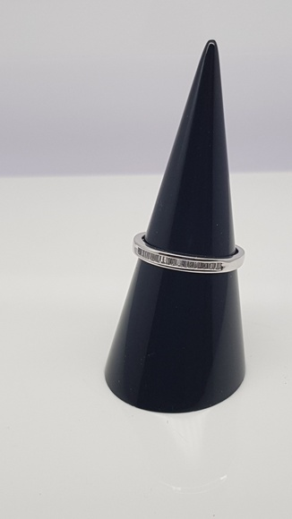 Sortija oro blanco con multiengastes de diamantes talla baguette, tipo media alianza. 0.15 Cts