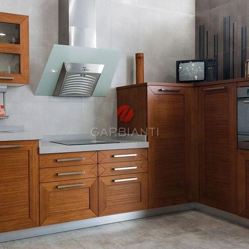 Cocina de madera actual, enmarcada en tablero Marino