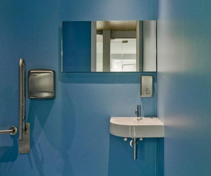 Revestimiento de suelo y paredes en aseo Clínica Dental en Valencia