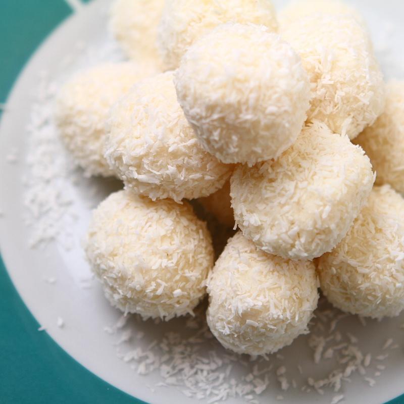Postre:bola de coco relleno de crema de cacahuete al vapor (2 piezas): Carta y menús de Yoshino