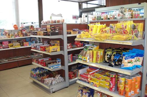 Productos de la tienda en la estación de servicios