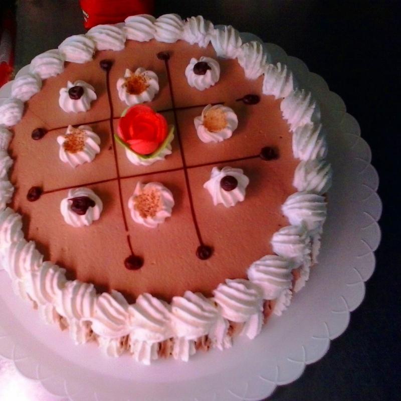 Rica tarta con bizcocho y relleno de nata y trufa...con variación a su gusto