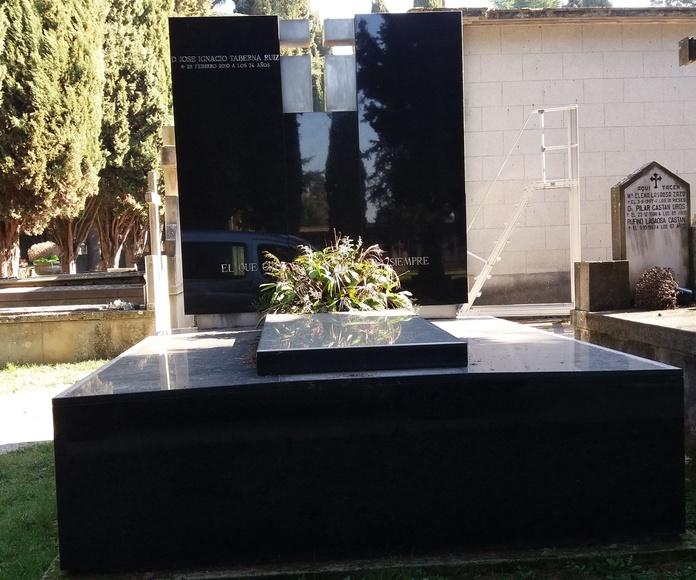 Panteón de granito Labradorita con  cruz en acero (negativo): Productos y servicios   de TIRAPU Y ZOROQUIAIN