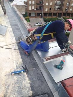 Reparación y mantenimiento de tejados y cubiertas.