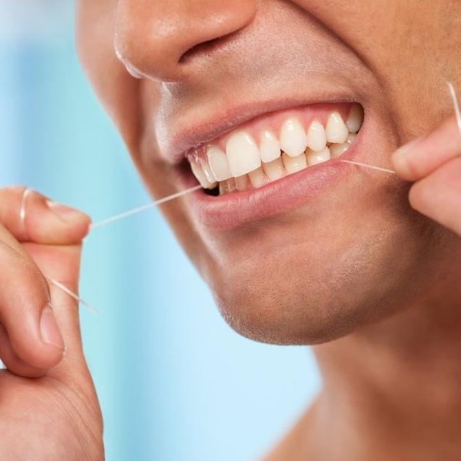 Hábitos para una higiene dental correcta: cómo usar el hilo dental