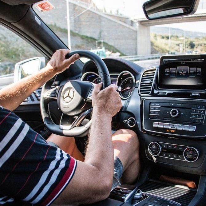 ¿Hay límite de edad para conducir en España?