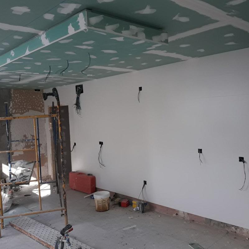 Falso techo de pladur con foseado para iluminacio led en cocina con isla
