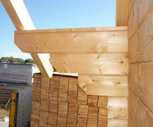 Detalle de la construcción de casas de madera