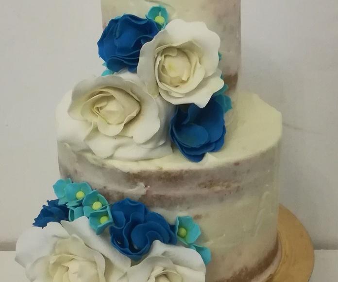 tarta de boda con las flores del ramo, azul y blanco