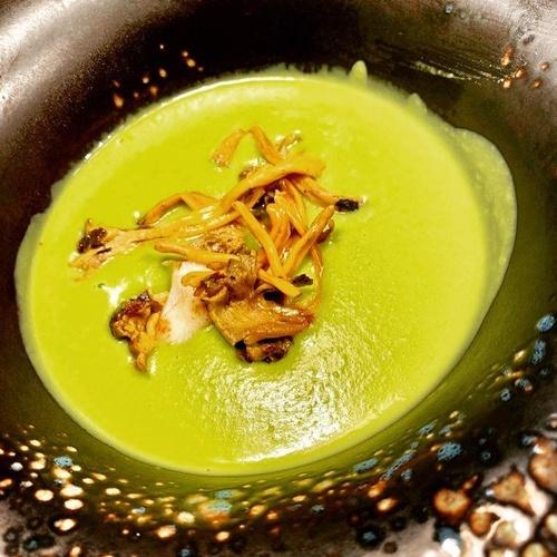 Crema verde con virutas de vieiras y setas