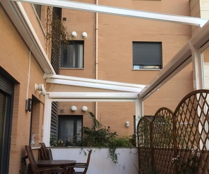 Verandas con toldos verticales motorizados con cierre de cremallera.